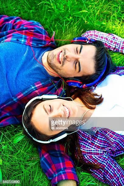 couple romantique profiter écoutant de la musique