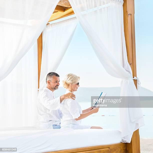 couple romantique sur la plage profitant