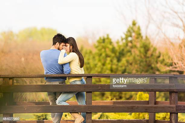 Pareja romántica disfrutar de tiempo juntos al aire libre