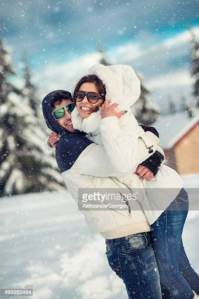 Romantisches Paar Spaß und Umarmen im Schnee