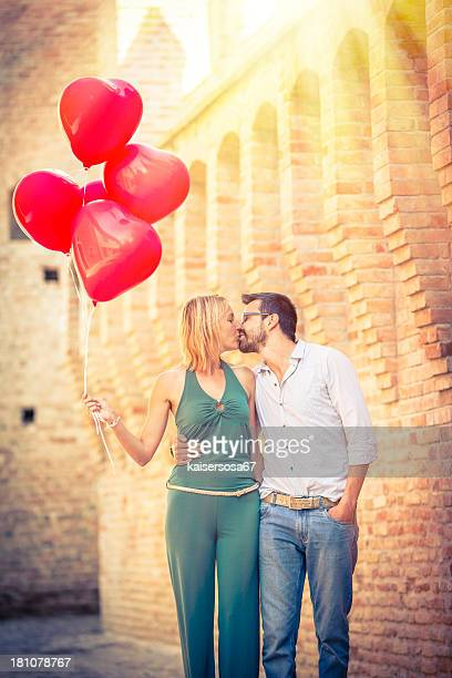 のロマンチックなカップルのキス屋外