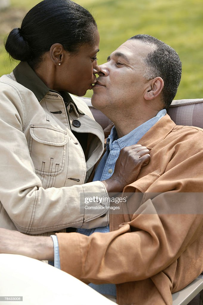 Romantic couple kissing : Stockfoto