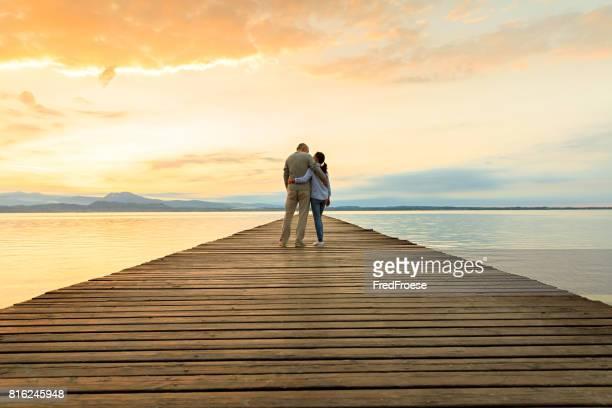 Romantisch zu zweit auf hölzernen Steg Blick auf den See
