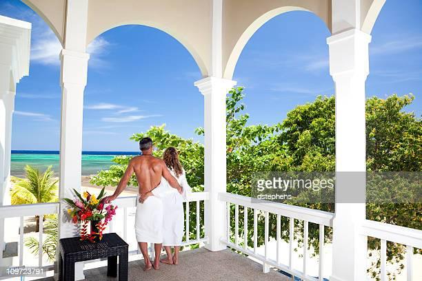 Pareja romántica con vista al mar Caribe