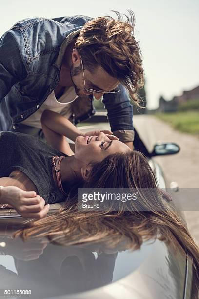 Romantisches Paar sprechen mit einander auf Cabrio Auto.