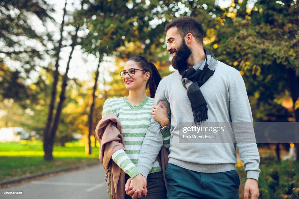 Romantische Paare, die im Herbst park : Stock-Foto