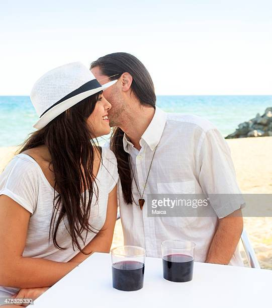 couple romantique se livrer à des messes basses