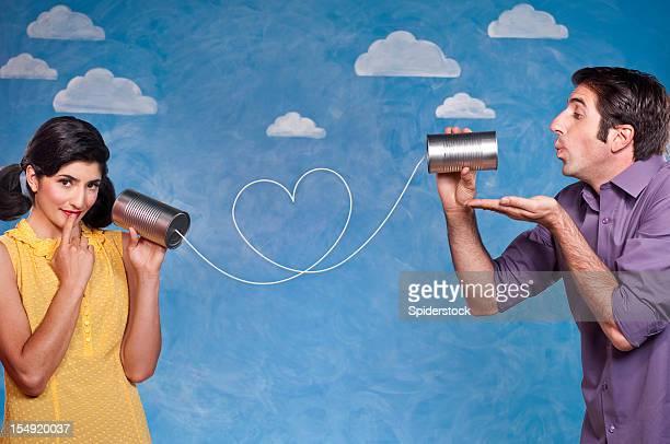 Romantisches Paar mit Blechdose Telefon können