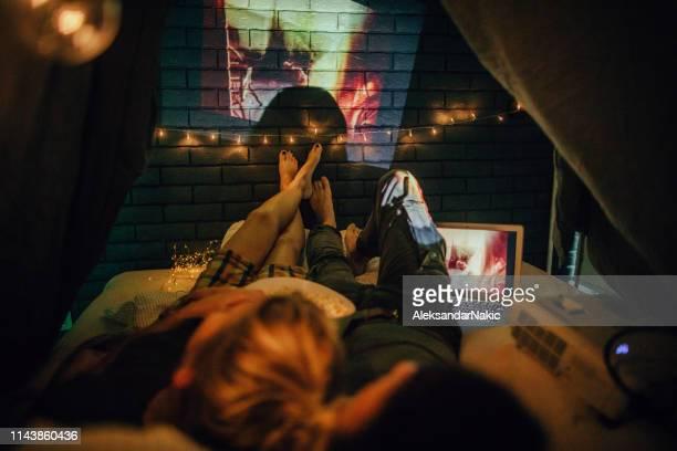 serata romantica in home theater - amanti letto foto e immagini stock