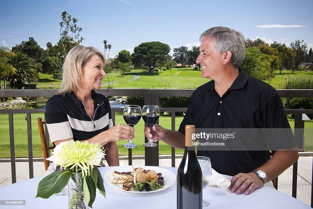 カップルのロマンティックなゴルフ : ストックフォト