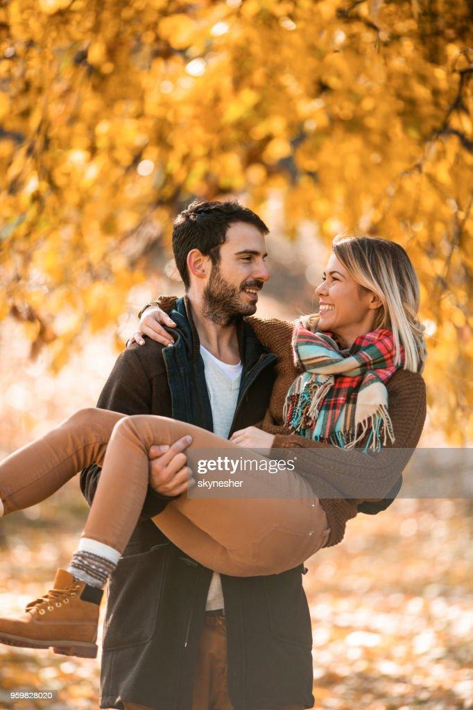 Romantischen Mann mit seiner Freundin auf seinem Arm im Freien. : Stock-Foto