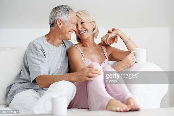 Romantische Reifer Mann mit senior Frau sitzt auf sofa zusammen