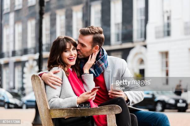 romantische momente des paares in der liebe - izusek stock-fotos und bilder