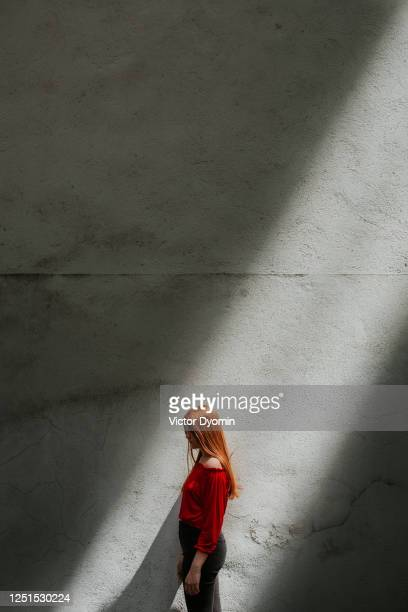 romantic outdoor portrait of the young redhead - junge frau rätsel stock-fotos und bilder