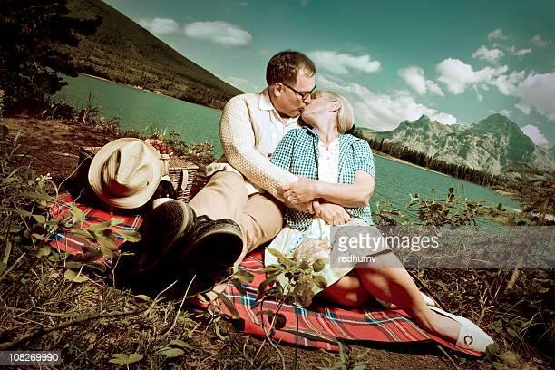 ロマンチックな湖でピクニックキス