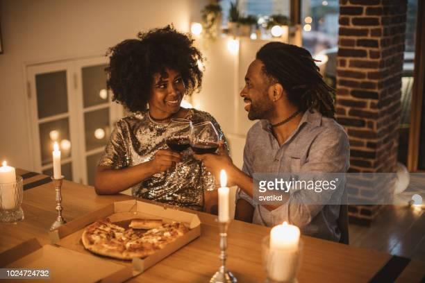 Romantische Pizza-Abend zu Hause