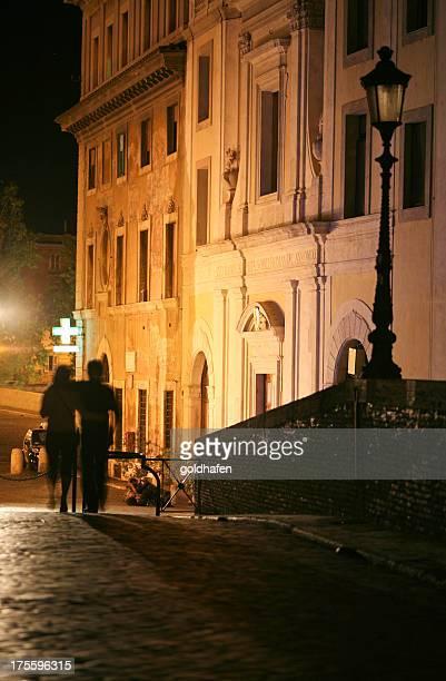 romantic rome, latenight couple in trastevere