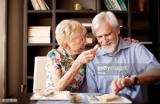 """Romantisches altes Paar genießen Ihre Breakfeast in der Patisserie """"Homage"""""""