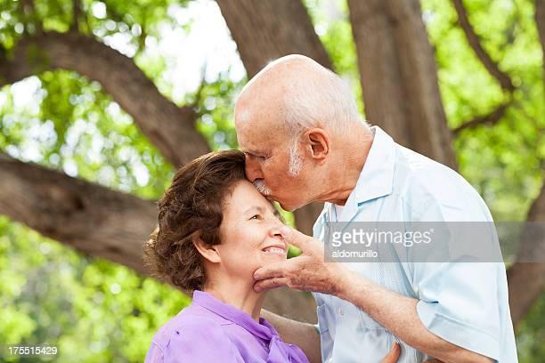 Romantico Baciare sua moglie senior
