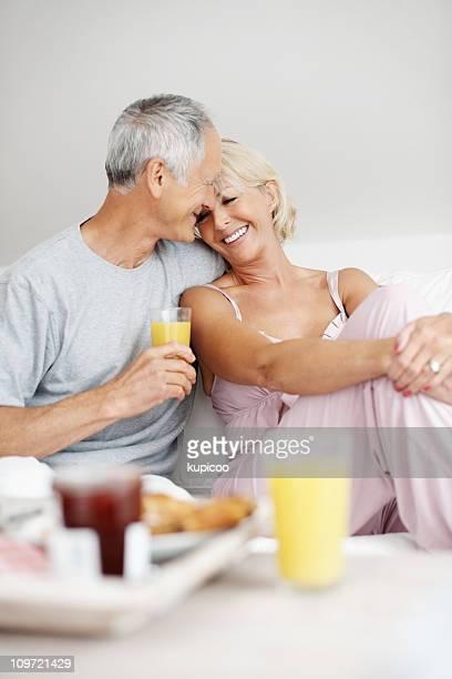 たロマンティックな老人男性と自宅の妻のソファー