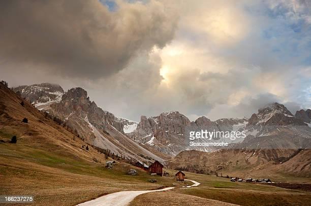 Puesta de sol romántica en los alpes dolomíticos