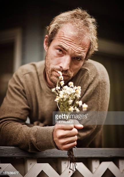 Romantica giovane uomo con fiori