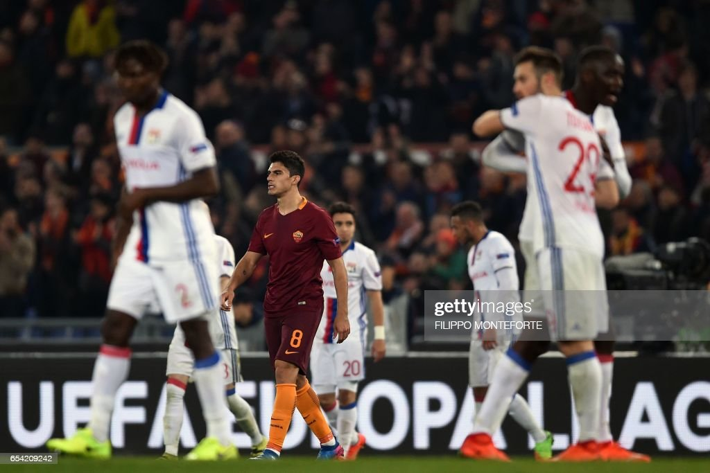 Roma's Argentin midfielder Diego Perotti (C) reacts at the end of the qualifying UEFA Europa League match AS Roma versus Lyon at Rome's Olympic stadium, on March 16, 2017. /