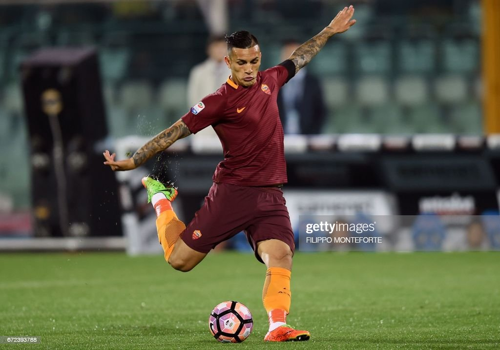 TOPSHOT - Roma's Argentinan midfielder Leandro Paredes shoots the ball during the Italian Serie A football match between Pascara and Roma on April 24, 2017 at the Adriatico Stadium in Pescara. MONTEFORTE