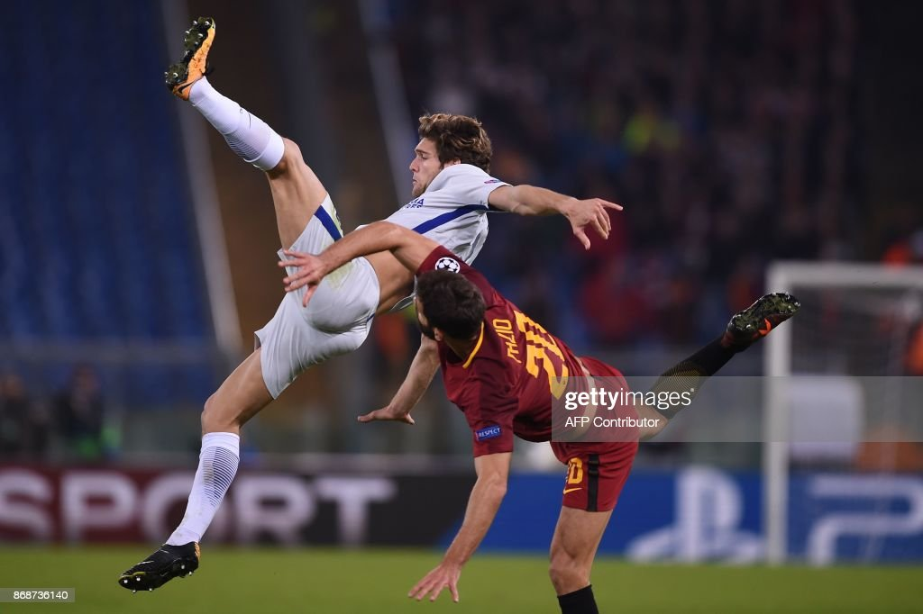 Roma's Argentinian defender Federico Fazio (R) fights for the ball with Chelsea's Spanish defender Marcos Alonso during the UEFA Champions League football match AS Roma vs Chelsea on October 31, 2017 at the Olympic Stadium in Rome. / AFP PHOTO / Filippo MONTEFORTE