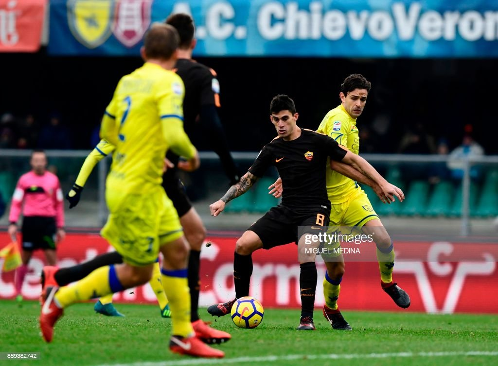 Roma's Argentinian forward Diego Perotti controls the ball during the Italian Serie A football match between AC Chievo and AS Roma at the Bentegodi stadium in Verona on December 10, 2017. /