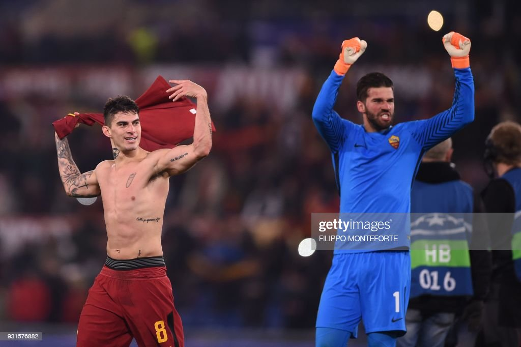 Roma's Argentinian midfielder Diego Perotti (L) and Roma's Brazilian goalkeeper Alisson celebrate afer winning 1-0 the UEFA Champions League round of 16 second leg football match AS Roma vs Shakhtar Donetsk on March 13, 2018 at the Olympic stadium in Rome. Roma qualify for Champions League quarter-finals. / AFP PHOTO / Filippo MONTEFORTE