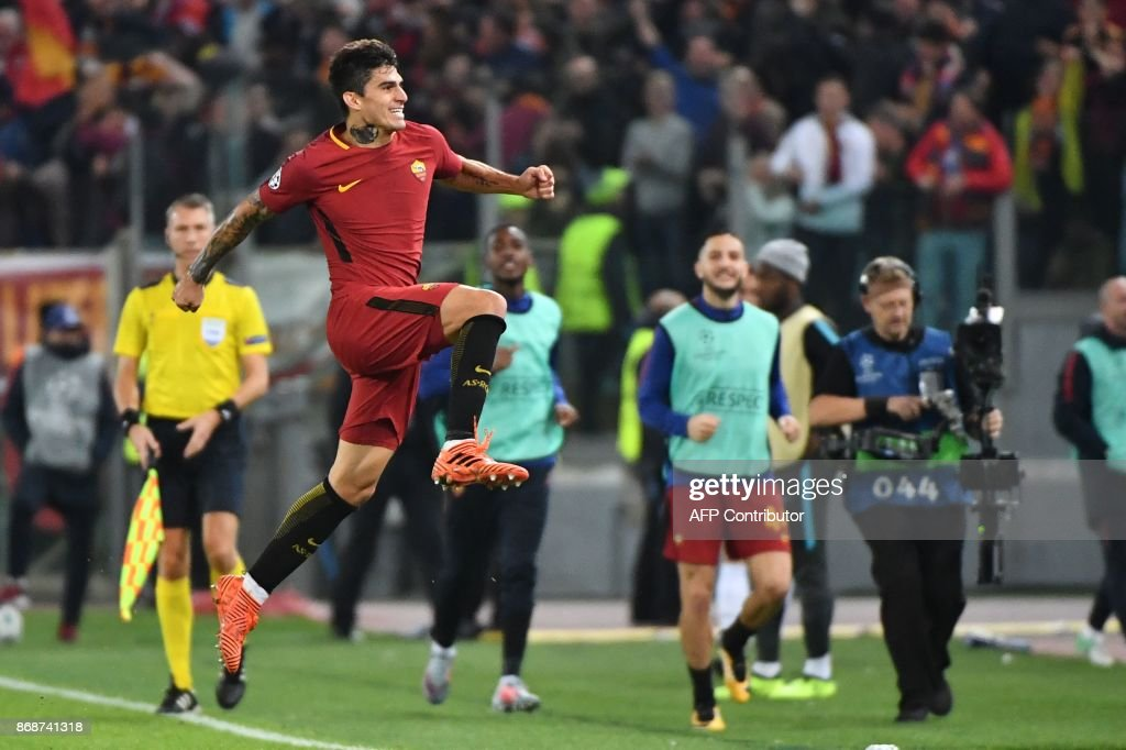 Roma's Argentinian midfielder Diego Perotti celebrates after scoring during the UEFA Champions League football match AS Roma vs Chelsea on October 31, 2017 at the Olympic Stadium in Rome. / AFP PHOTO / Alberto PIZZOLI