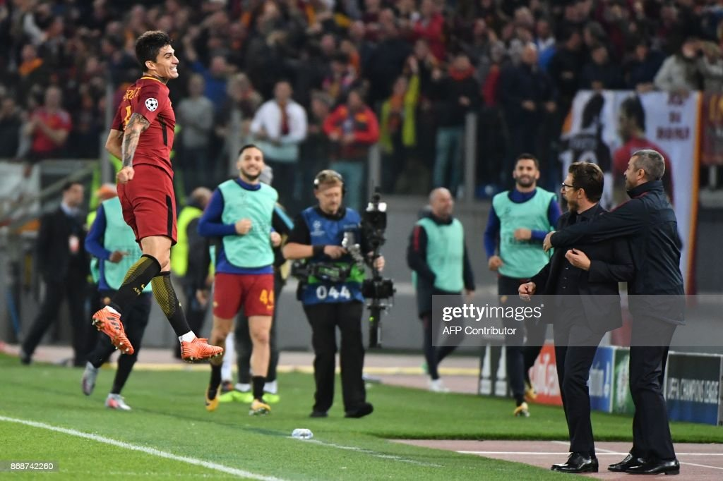 Roma's Argentinian midfielder Diego Perotti (L) celebrates with Roma's Italian head coach Eusebio Di Francesco (2ndR) after scoring during the UEFA Champions League football match AS Roma vs Chelsea on October 31, 2017 at the Olympic Stadium in Rome. / AFP PHOTO / Alberto PIZZOLI