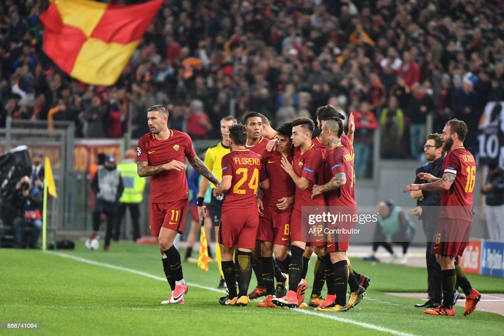 Roma's Argentinian midfielder Diego Perotti (C) celebrates with teammates after scoring during the UEFA Champions League football match AS Roma vs Chelsea on October 31, 2017 at the Olympic Stadium in Rome. / AFP PHOTO / Alberto PIZZOLI