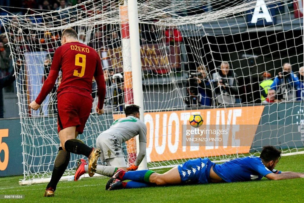 AS Roma's Bosnian forward Edin Dzeko (L) celebrates after scoring a goal later to be found invalid during the Italian Serie A football match AS Roma versus Sassuolo on December 30, 2017 at the Olympic stadium in Rome. / AFP PHOTO / Vincenzo PINTO