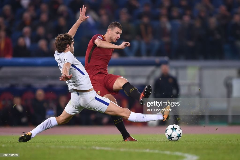 Roma's Bosnian striker Edin Dzeko (R) kicks the ball next to Chelsea's Spanish defender Marcos Alonso during the UEFA Champions League football match AS Roma vs Chelsea on October 31, 2017 at the Olympic Stadium in Rome. / AFP PHOTO / Filippo MONTEFORTE