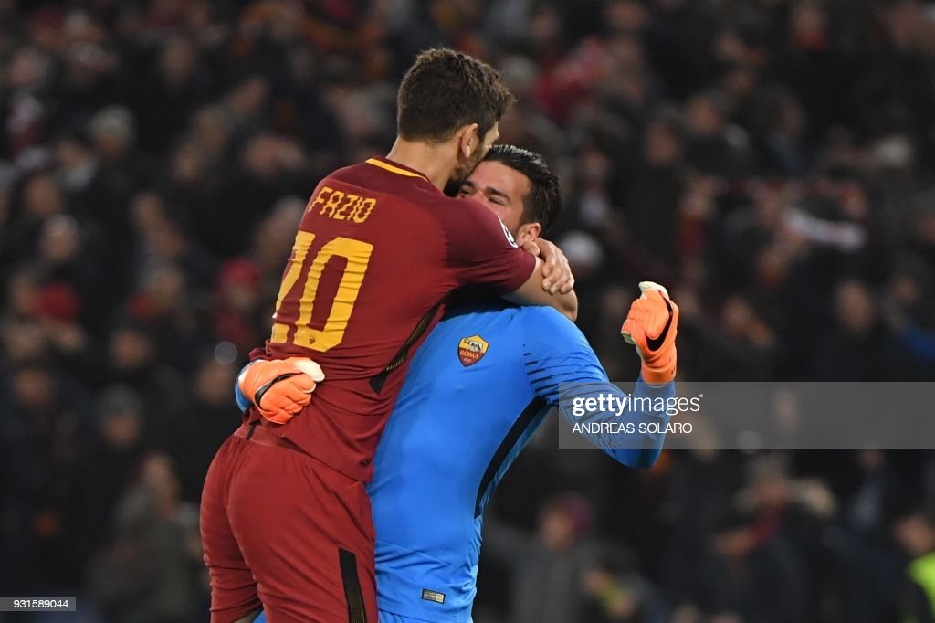 TOPSHOT - Roma's Brazilian goalkeeper Alisson and Roma's Argentinian defender Federico Fazio (L) celebrate afer winning 1-0 the UEFA Champions League round of 16 second leg football match AS Roma vs Shakhtar Donetsk on March 13, 2018 at the Olympic stadium in Rome. Roma reached the Champions League quarter-finals for the first time in 10 years as Edin Dzeko edged them past Shakhtar Donetsk 1-0 at the Stadio Olimpico on Tuesday for an away goals victory. / AFP PHOTO / Andreas SOLARO