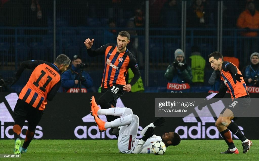 Roma's Brazilian midfielder Gerson (C) fights for the ball with Shakhtar Donetsk's midfielder Marlos (L), Shakhtar Donetsk's defender Ivan Ordets (C/TOP) and Shakhtar Donetsk's midfielder Taras Stepanenko (R) during the UEFA Champions League round of 16 first leg football match between Shaktar Donetsk and AS Rome at The OSK Metalist Stadion in Kharkiv on February 21, 2018. /