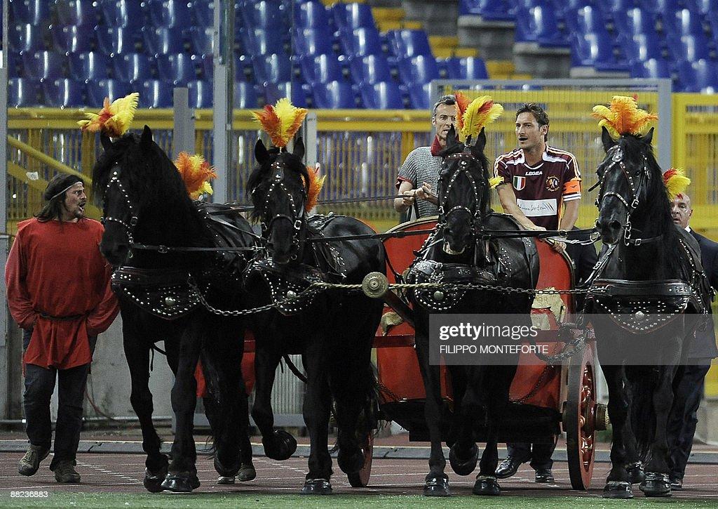 AS Roma's capitain Francesco Totti (R) a : News Photo