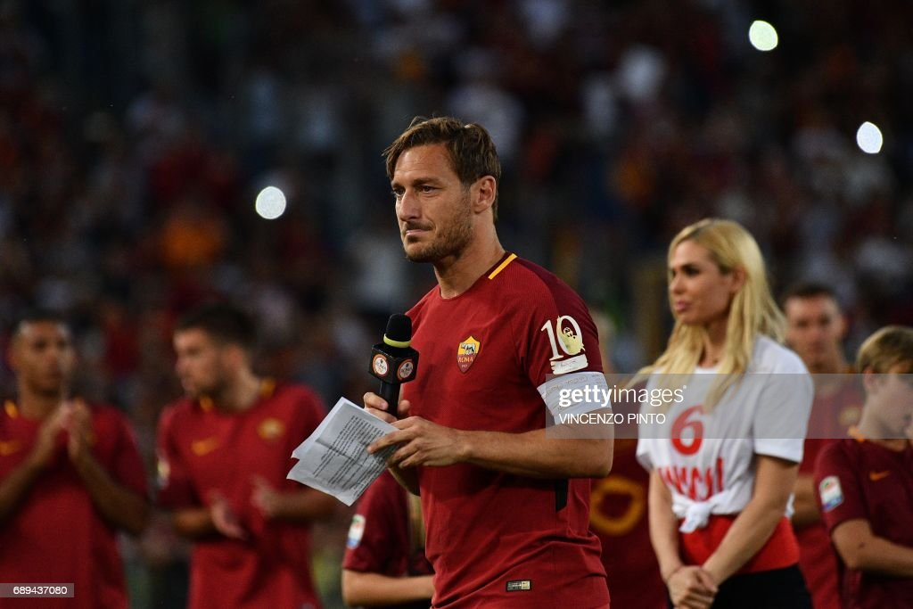 AS Roma's captain Francesco Totti delivers a speech during a ceremony following his last match with AS Roma after the Italian Serie A football match AS Roma vs Genoa on May 28, 2017 at the Olympic Stadium in Rome. Italian football icon Francesco Totti retired from Serie A after 25 seasons with Roma, in the process joining a select group of 'one-club' players. / AFP PHOTO / Vincenzo PINTO