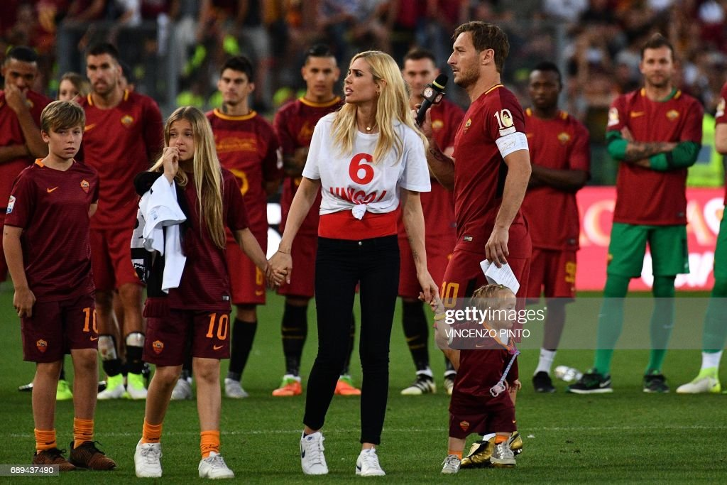 AS Roma's captain Francesco Totti delivers a speech next to his wife Ilary and his children Isabel (R), Chanel and Cristian (L) during a ceremony following his last match with AS Roma after the Italian Serie A football match AS Roma vs Genoa on May 28, 2017 at the Olympic Stadium in Rome. Italian football icon Francesco Totti retired from Serie A after 25 seasons with Roma, in the process joining a select group of 'one-club' players. / AFP PHOTO / Vincenzo PINTO