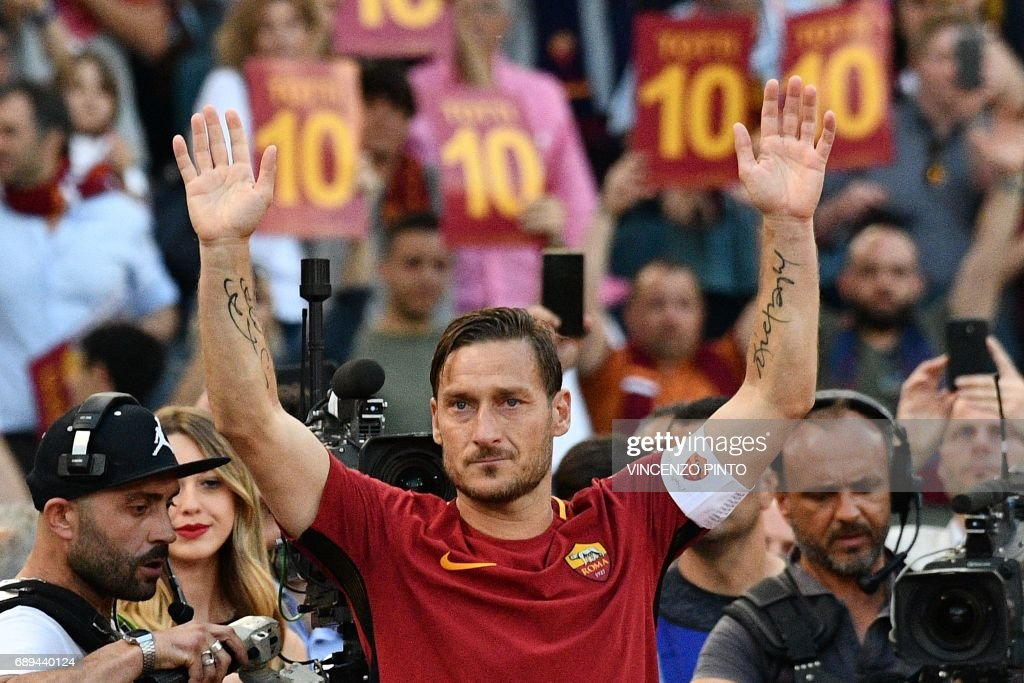 Roma's captain Francesco Totti greets fans during a ceremony following his last match with AS Roma after the Italian Serie A football match AS Roma vs Genoa on May 28, 2017 at the Olympic Stadium in Rome. Italian football icon Francesco Totti retired from Serie A after 25 seasons with Roma, in the process joining a select group of 'one-club' players. / AFP PHOTO / Vincenzo PINTO