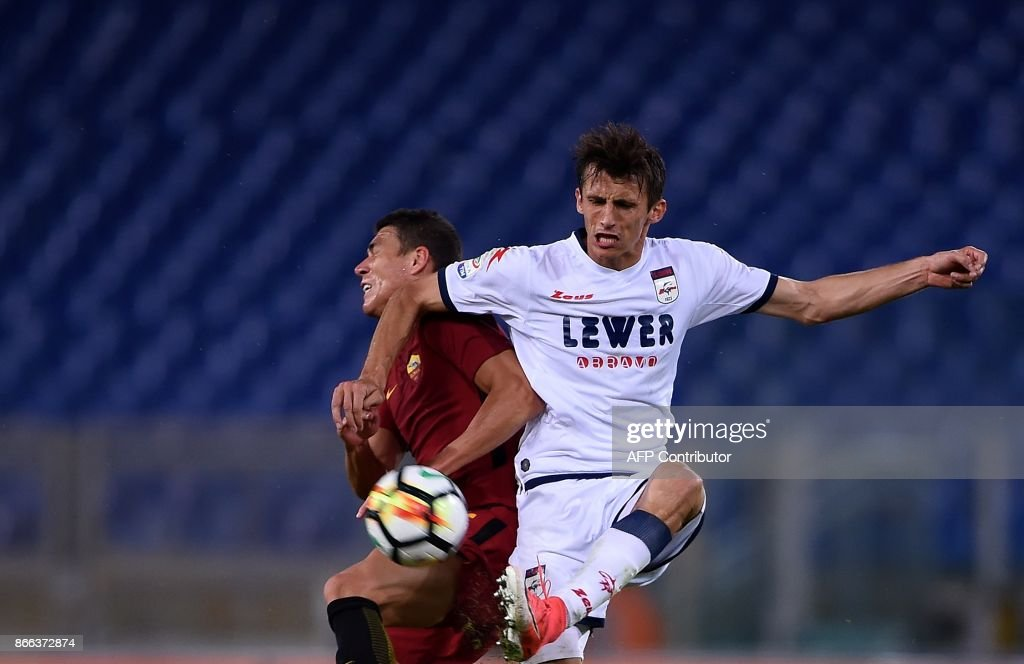 Roma's defender from Mexico Hector Moreno (L) vies with Crotone croatian forward Ante Budimir during the Serie A football match Roma vs Crotone at the Olympic Stadium in Rome on October 25, 2017. /
