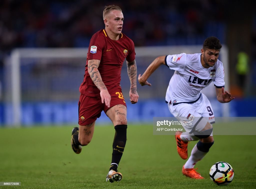 Roma's defender from Netherlands Rick Karsdorp (L) vies with Crotone midfielder Andrea Nalini during the Italian Serie A football match Roma vs Crotone at the Olympic Stadium in Rome on October 25, 2017. /