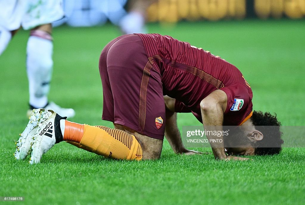 AS Roma's Egyptian forward Mohamed Salah celebrates after scoring during the Serie A football match AS Roma vs Palermo at the Olympic stadium in Rome on October 23, 2016. / AFP / VINCENZO