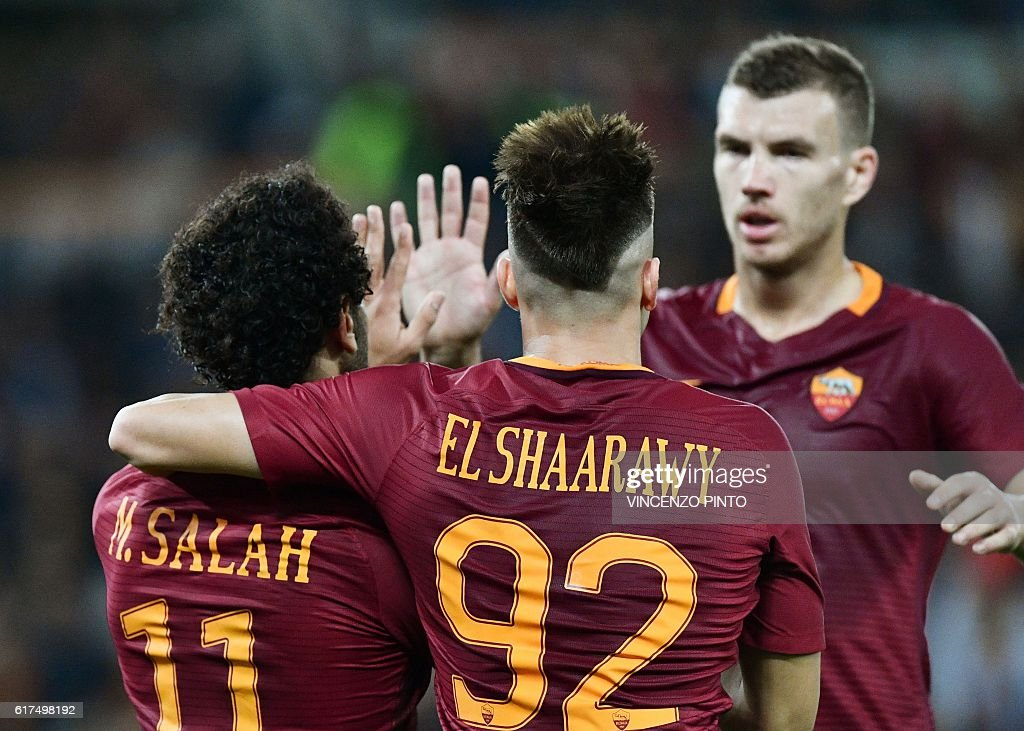 AS Roma's Egyptian forward Mohamed Salah (L) celebrates with his teammates after scoring during the Serie A football match AS Roma vs Palermo at the Olympic stadium in Rome on October 23, 2016. / AFP / VINCENZO