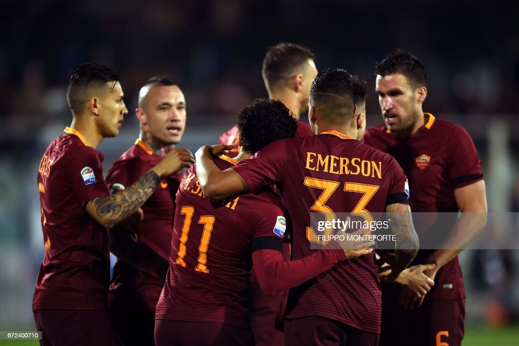Roma's Egyptian midfielder Mohamed Salah celebrates with teammates after scoring a goal during the Italian Serie A football match between Pascara and Roma on April 24, 2017 at the Adriatico Stadium in Pescara. MONTEFORTE