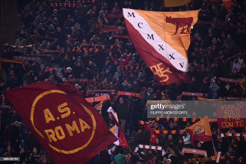 AS Roma's fans cheer during the UEFA Champions League Group C football match AS Roma vs FK Qarabag on December 5, 2017 at the Olympic stadium in Rome. / AFP PHOTO / Filippo MONTEFORTE