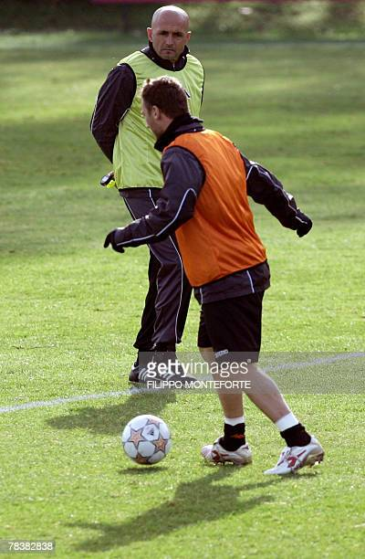 AS Roma's forward and captain Francesco Totti practices in front of his trainer Luciano Spalletti during a training session 11 December 2007 on the...