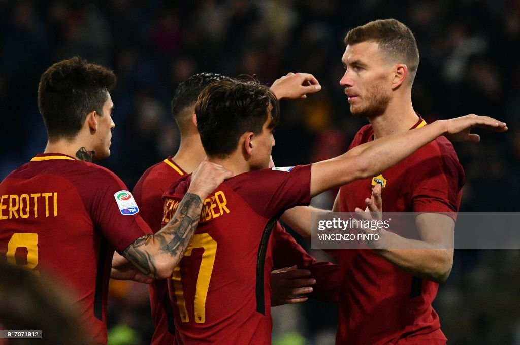 AS Roma's forward from Bosnia Edin Dzeko (R) celebrates with teammates after scoring a goal during the Italian Serie A football match AS Roma vs Benevento on February 11, 2018, at the Olympic Stadium in Rome. / AFP PHOTO / Vincenzo PINTO